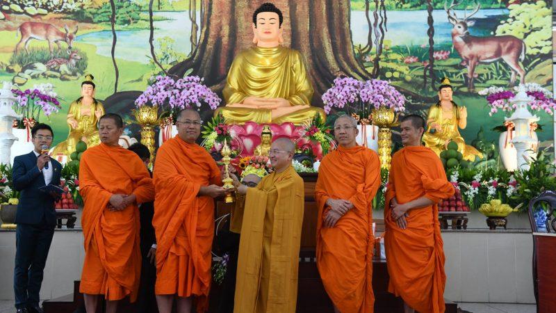 """TT. Thích Nhật Từ nhận Giải thưởng tháp vàng"""" (Suvanna Pathom Chedi Award) của Tăng vương Phật giáo Thái Lan"""